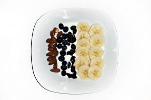 Joghurt-mit-Banane-und-Mandeln