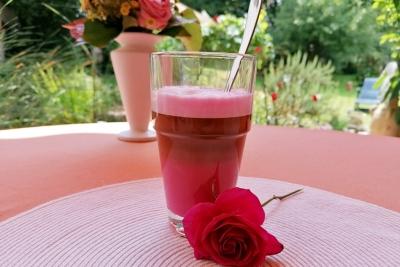 Rosa Kaffee mit Ingwersirup
